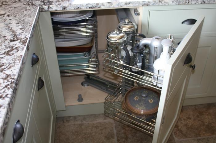 meuble de rangement cuisine, rangement placard cuisine en vert menthe, portes ouvrables avec des plate-formes en métal, type corbeilles