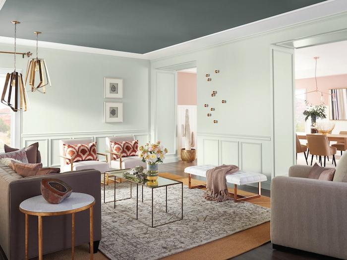 salon salle a manger moderne avec décoration art déco avec murs vert clair pastel et table et lustres design or