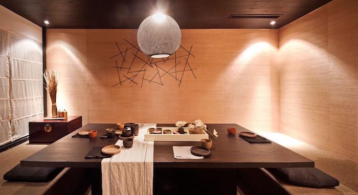salle a manger complete japonaise avec table basse carrée noire et rideaux en lin