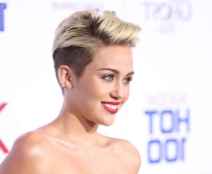 coupe pixie originale côtés rasés et mèches de dessus blonds plus longues, miley cyrus look femme extravagant