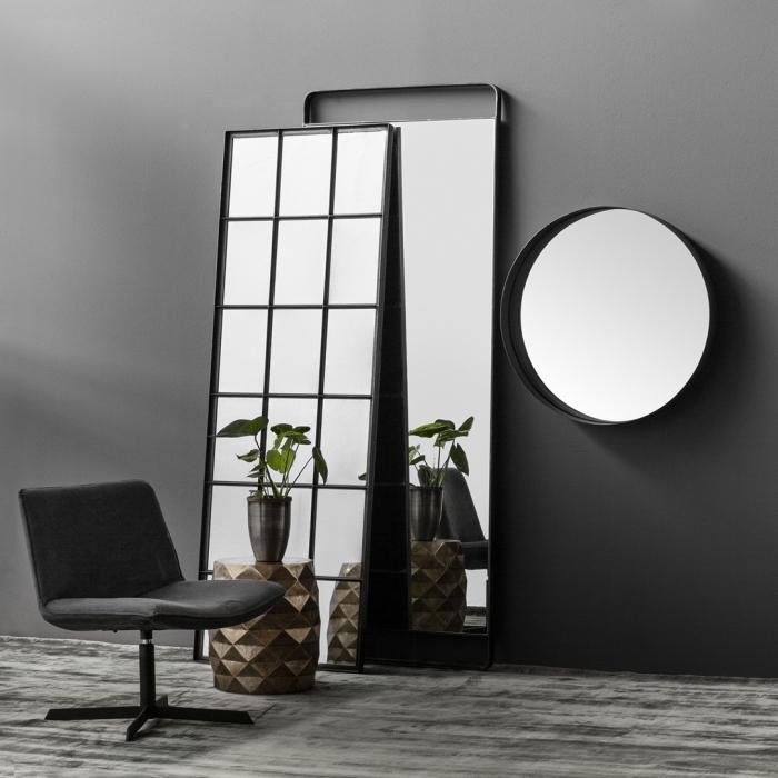 choix d'accessoires pour un aménagement stylé en gris foncé avec miroirs rond et rectangulaire en cadre gris mate