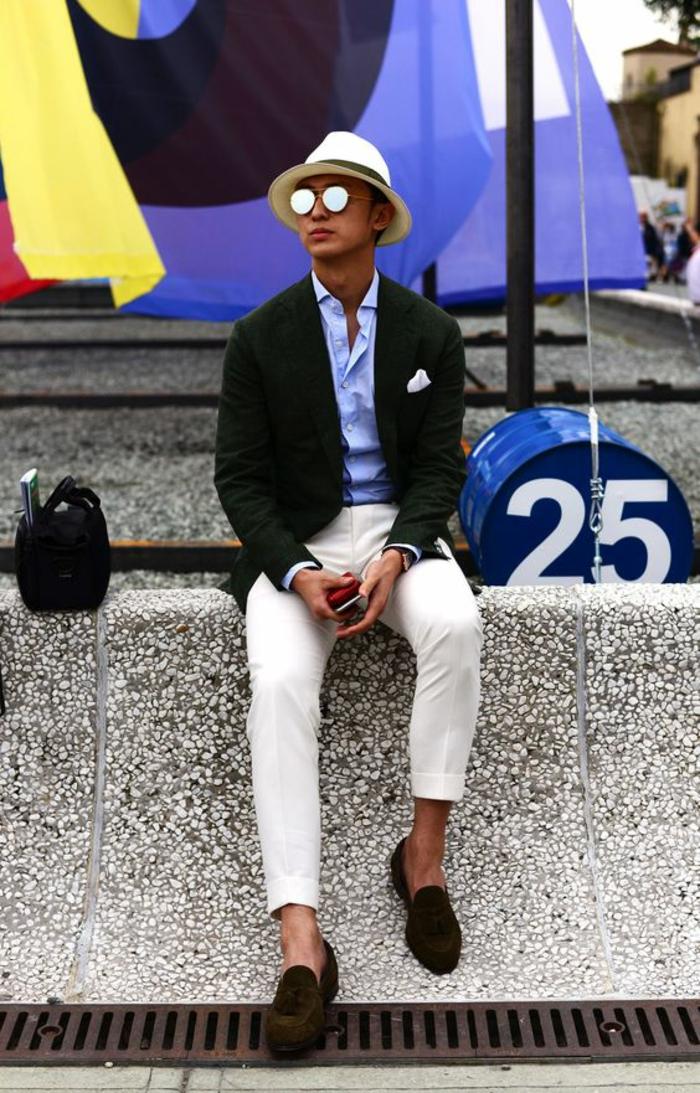 marque vetement homme tendance, pantalon moulant blanc, borsalino blanc, veste noire avec mouchoir pochette blanc, chemise en bleu pastel