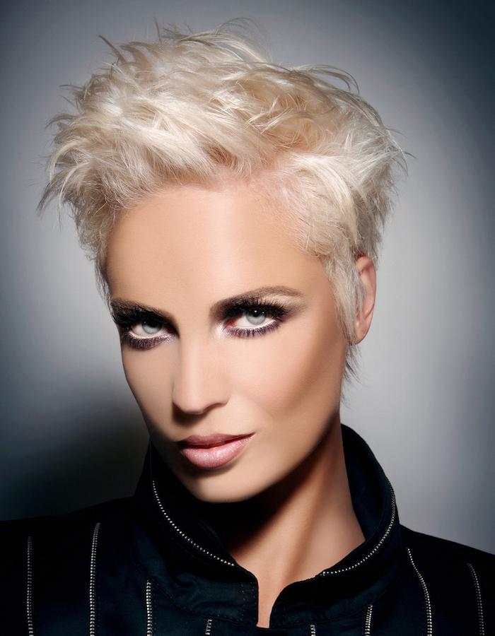 coupe courte pour femme blonde platine avec volume style décoiffé