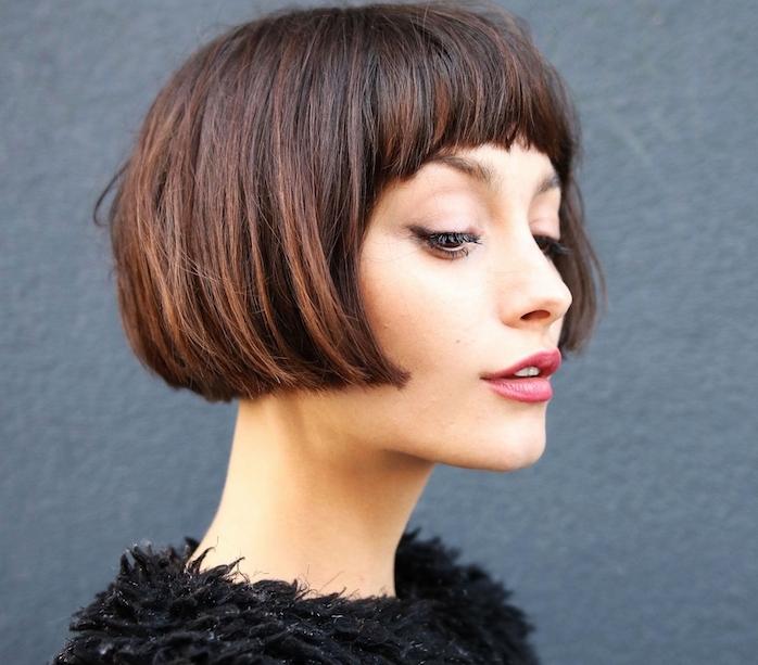 coupe carré court lisse avec une frange sur le front, cheveux chatains, pull noir chaude pour l hiver