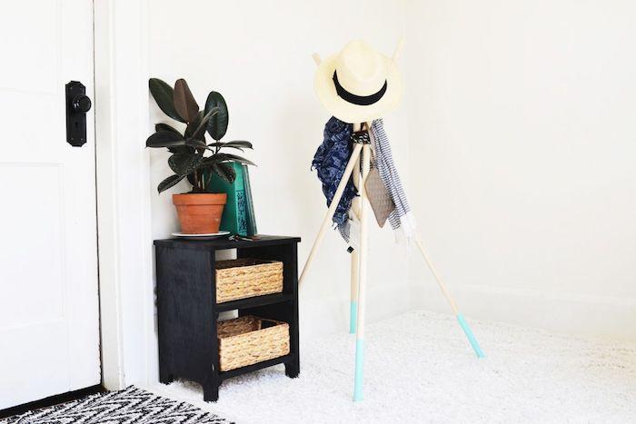 idée de porte manteau scandinave en poteaux aux bouts colorés en bleu clair et assemblés en haut avec de la corde, accrocher vetements et accessoires