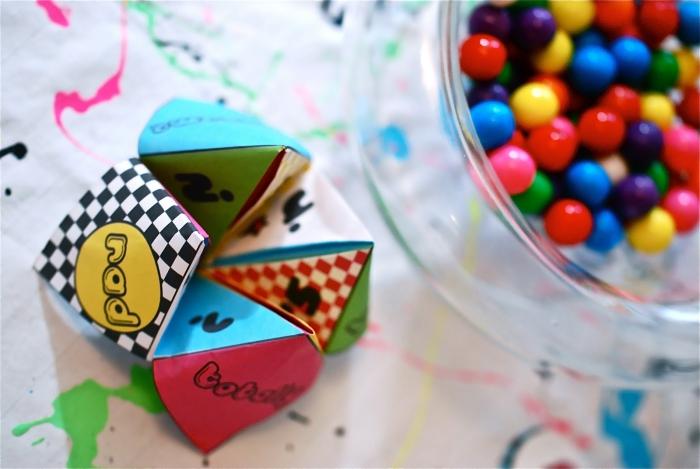 idée pour un pliage cocotte origami multicolore au look vintage, modèle de salière en petit cadeau pour les invités, à télécharger gratuitement