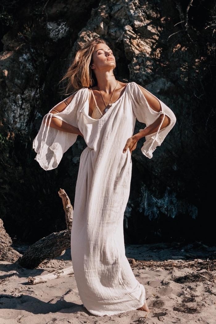 exemple de robe de plage femme aux manches longues combinée avec bijoux collier de style boho chic et maquillage nude