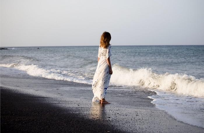idée tenue de plage avec une robe longue blanche aux manches courtes et cheveux à coloration reflets caramel