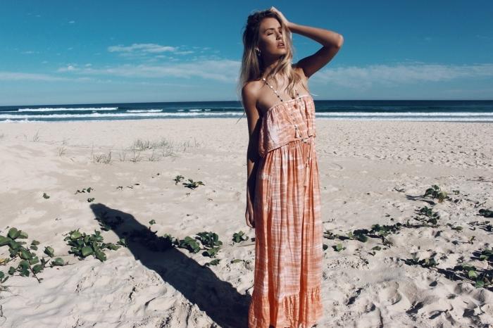 modèle de robe plage avec bustier de nuance corail pastel et beige, maquillage naturel plage aux lèvres nude et fards à paupières dorés