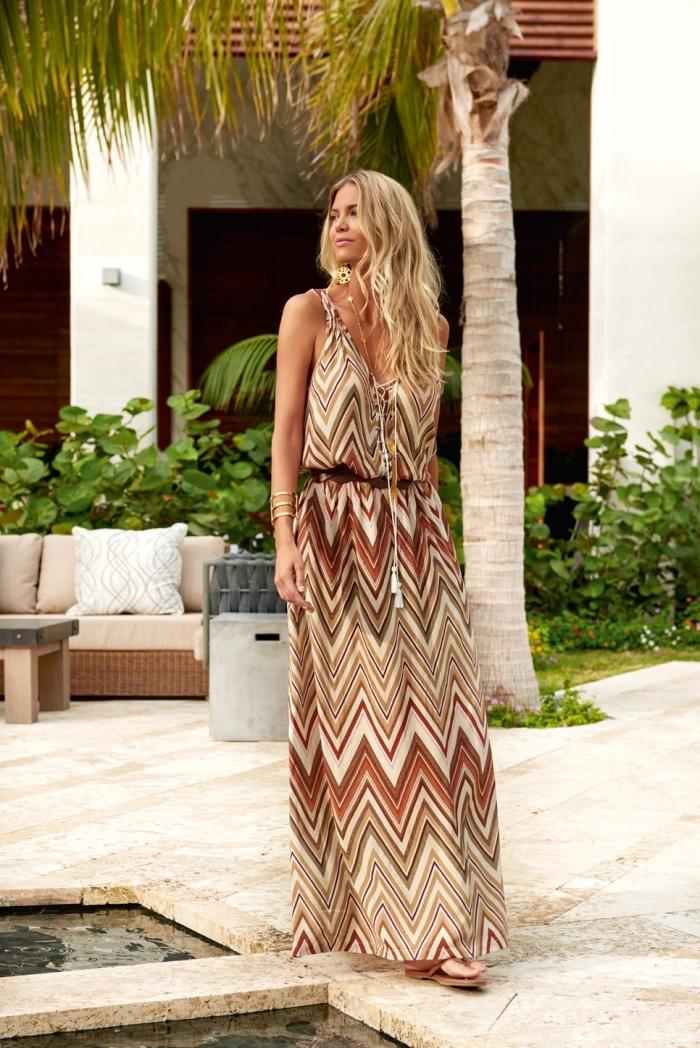 robe a bretelle longue à design géométrique aux couleurs naturelles marron et beige avec ceinture et collier pendentif