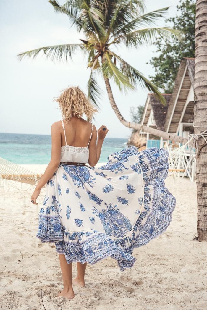 idée vetement de plage pour femme avec une robe longue blanc et bleu avec bretelles et ceinture en cuir marron