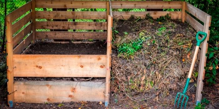 exemple de composteur en bois construit de palettes et de planches bois avec une séparation au milieu et petite porte