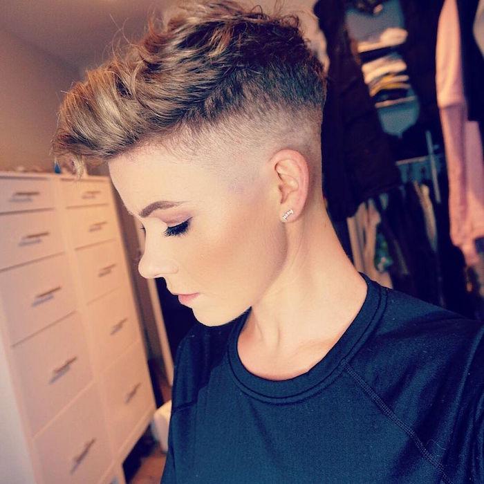 modele coupe de cheveux court femme blonde en dégradé style garconne