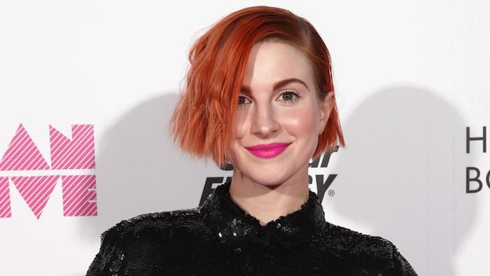 exemple de coupe de cheveux femme originale, carré court avec coloration rouge et raie sur le coté