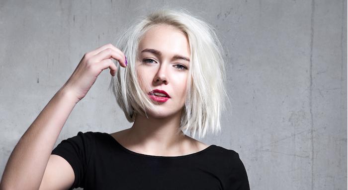 exemple de coupe carré court femme, cheveux coloration blond polaire, tee shirt noir, maquillage de tous les jours