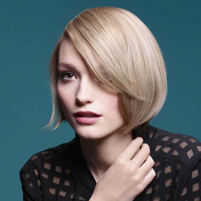 coiffure cheveux blond platine, carré lisse blond à effet plongeant avec volume sur le dessus