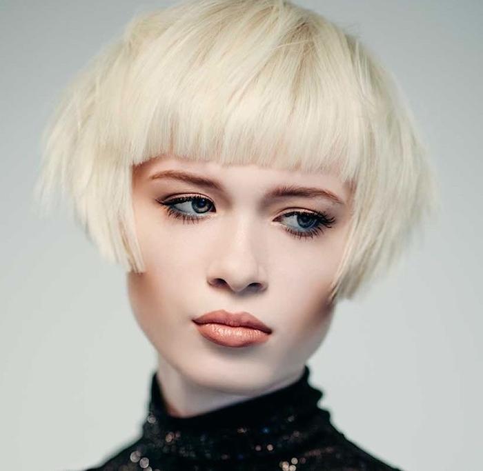 coupe courte avec frange et un dégradé sur cheveux à coloration blond polaire, maquillage glamour