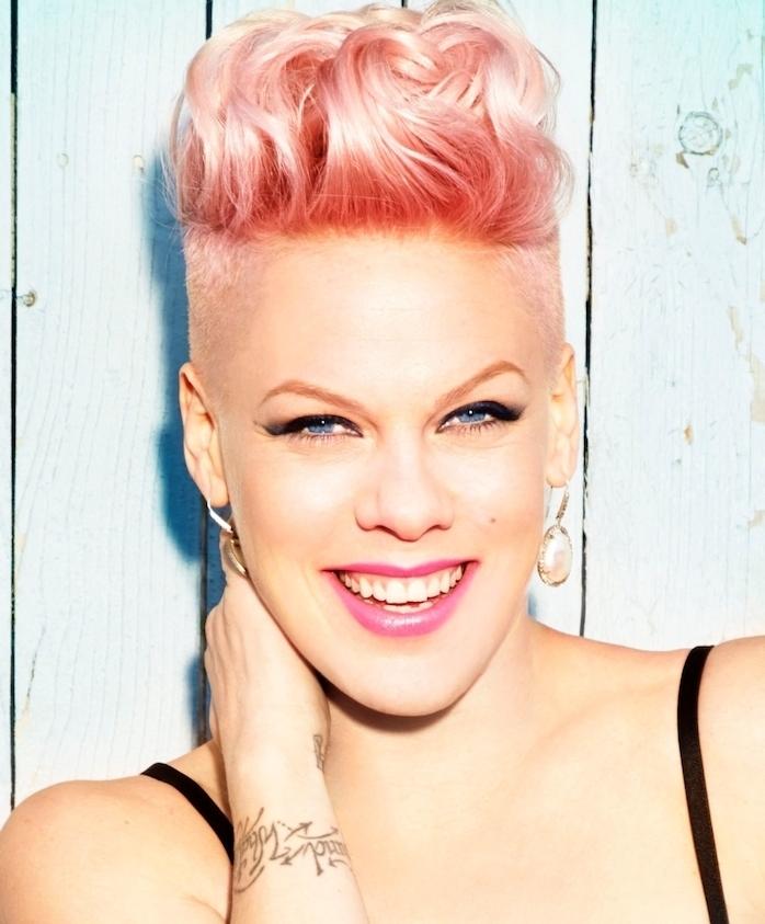 exemple de coiffure femme rock avec des côtés rasés et dessus long bouclé avec coloration ombré rose, chanteuse pink