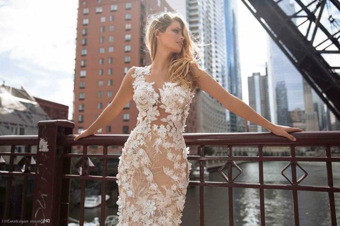 robe de mariée moulante, femme blonde sur un pont de Brooklyn en tenue de mariée, robe de mariée sirène,bretelles épaisses en dentelle grosses applications