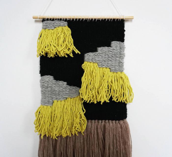 diy macramé déco tissage de laine gris noir jaune avec frange marron