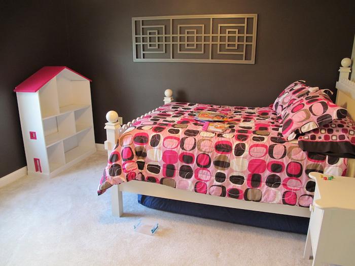chambre de fille aux murs peinture marron et moquette blanche et parure de lit rose