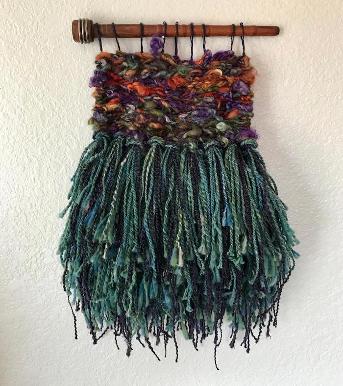 macramé avec frange en laine verte et tissage en couleur