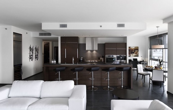Moderne cuisine avec bar plot cuisine qui donne au salon avec coin salle à manger ultra moderne en blanc et brune