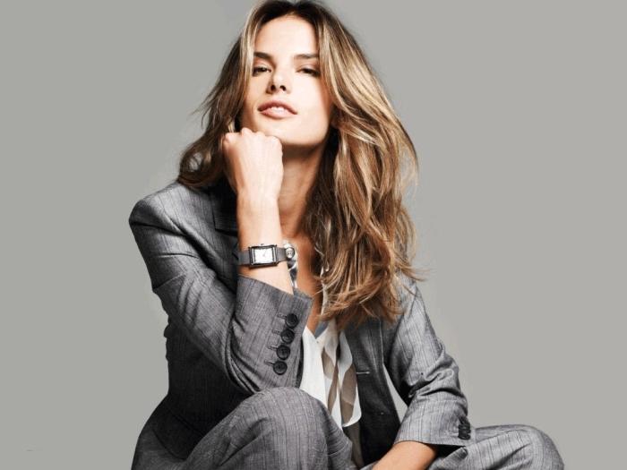 look business femme avec tailleur femme chic de couleur gris foncé combiné avec chemise blanc et beige