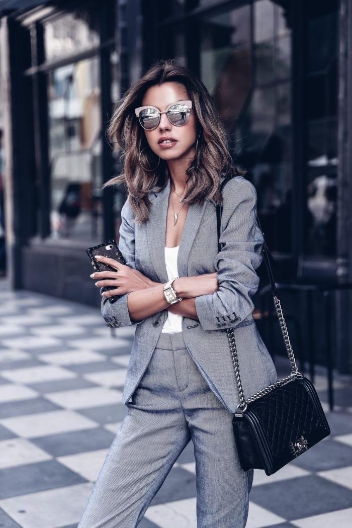 look business femme avec tailleur chic en gris et top blanc, quels accessoires porter pour une vision casual smart