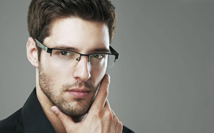 lunette de vue tendance, monture lunette homme, monsieur pensif et regard fixé, avec une barbe légère, veste noire et cheveux châtains