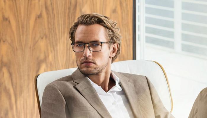 lunettes de vue tendance, monture de lunette en noir avec des lignes fines, lunette de vue homme tendance, look avec veste en lin beige et chemise blanche, style de bureau