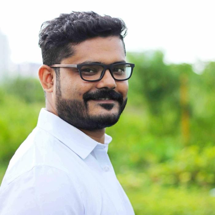 homme indien avec chemise blanche et monture de lunettes en bois noir et marron, monture de lunette, lunette homme, grosse lunette de vue, modèle 2018, actualité lunettes homme
