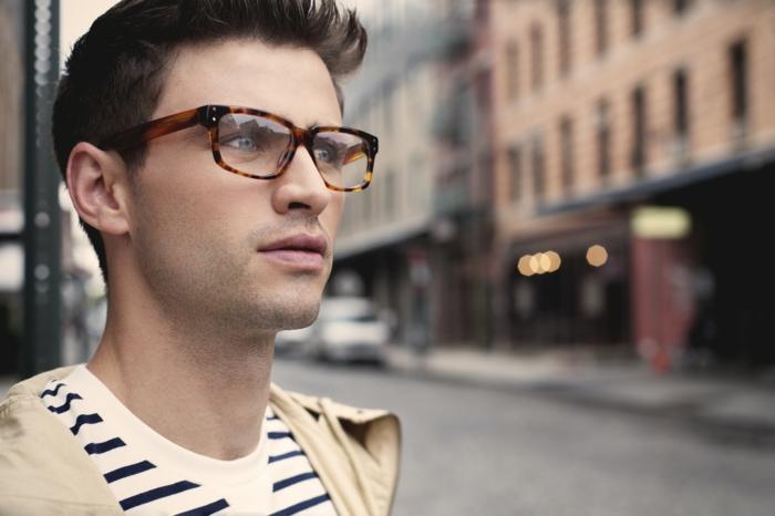 monture de lunette, lunette tendance, motifs tortoise, jeune homme avec veste beige et marinière au col rond, élégance nonchalante