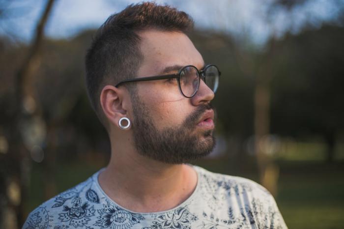 lunette de vue homme tendance, lunette hipster, look hipster, grosse lunette de vue en forme ronde, monture en plastique noire