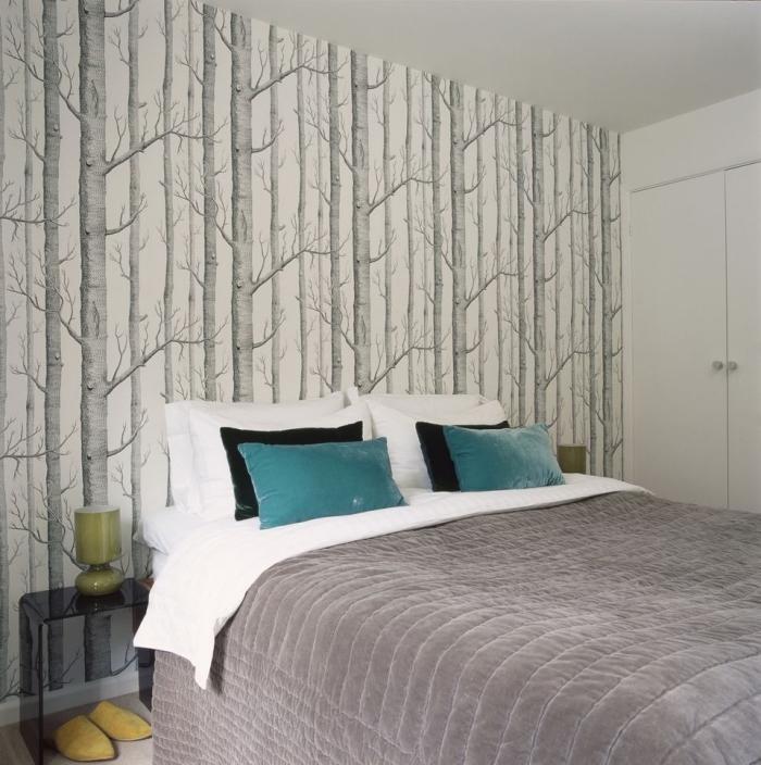 idée de tete de lit deco avec un mur d'accent recouvert de papier peint tendance motif forêt