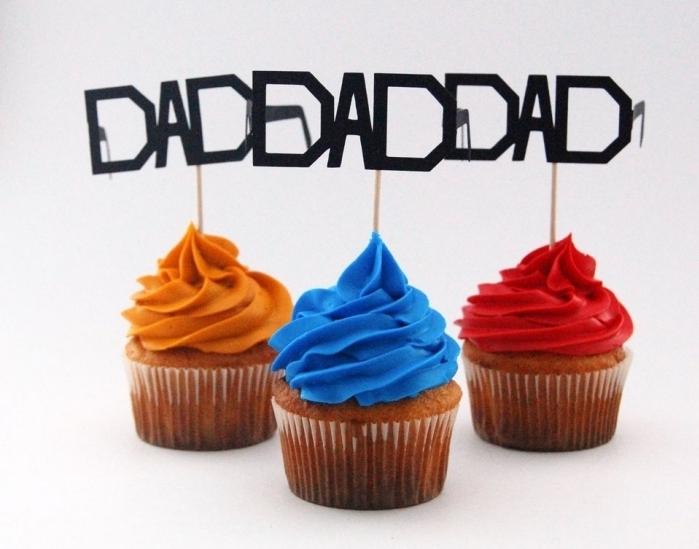 surprise délicieuse pour la fête des pères avec quelques muffins au chocolat et glaçage de couleurs rouge et bleu