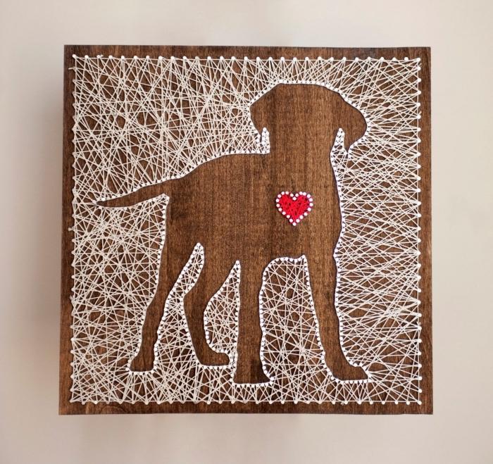modèle de tableau fil tendu DIY fait de planche de bois foncé et fil blanc en forme de chien à coeur rouge