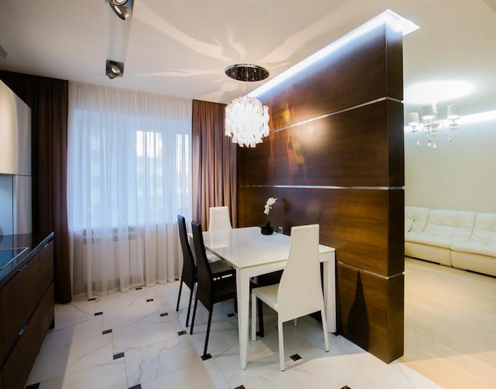 cloison finition bois comme separation entre cuisine et salon avec éclairage