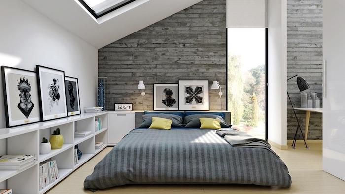 déco chambre sous comble, linge de lit gris, coussins gris, jaune et bleu, bibliothèque blanche basse, mur de lattes bois gris, deco cadres noir et blanc