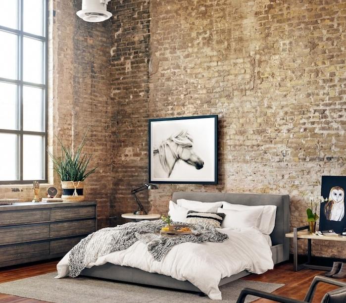 deco murale industrielle et commode industrielle bois brut, lit gris avec linge de lit blanc, table de nuit bois et metal, cadre dessin cheval