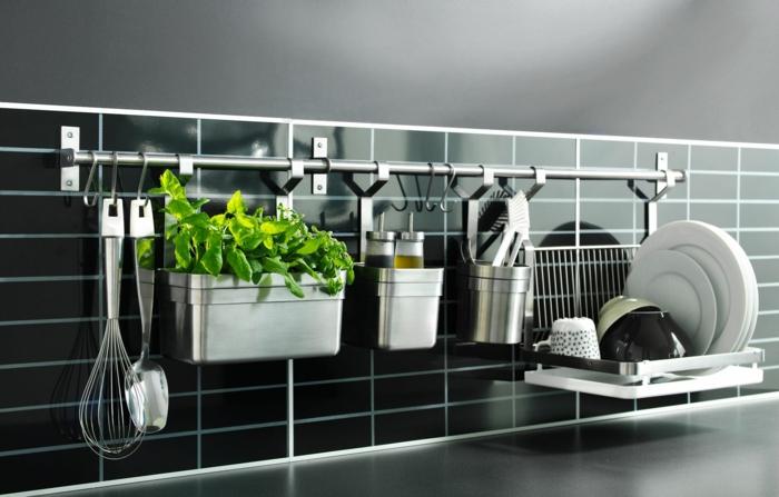 crédence en briques noires brillantes, ustensiles suspendus a une étagère en métal en couleur argent, idée rangement cuisine, ustensiles brillants