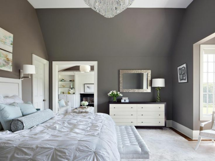 réaliser sa deco chambre grise, plafonnier en cristal, tête de lit grise, commode blanche, miroir encadré