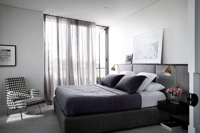 exemple quelle couleur associer au gris dans une chambre aux murs blancs et plancher gris clair avec chaise blanc et noir