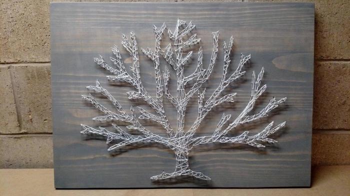 comment faire une décoration originale pour mur à partir de bois, planche de bois peint en gris avec arbre en fil blanc