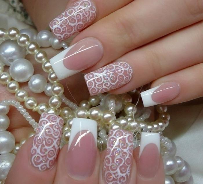 nail art acrylique aquarium en rose et blanc, colliers en perles blanches, décorations blanches