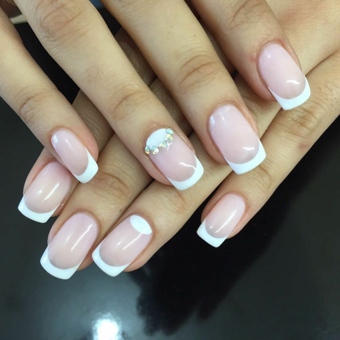 manucure en rose et blanc, une lunule décorée, bordure blanche, nail art classy pour le mariage