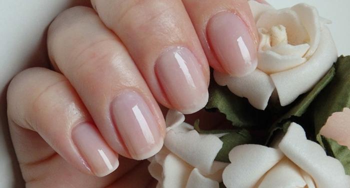 manucure rose avec des bouts en blanc, ongles simples et classy, ongles courts