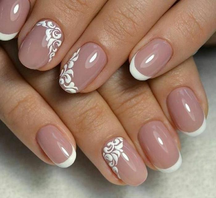 manucure chic en lilas pale, dessins floraux blancs, manucure opaque ongles ovales