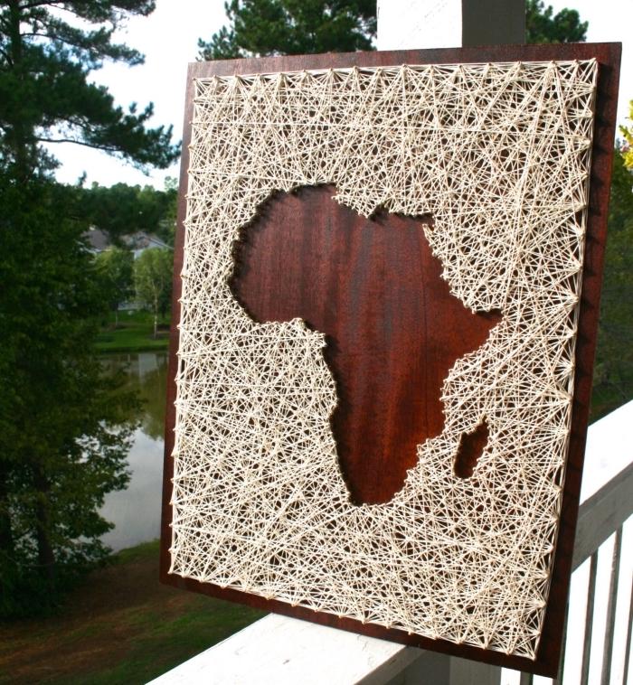 magnifique idée bricolage pour décorer son intérieur ou véranda avec un tableau de bois foncé et création en fil blanc