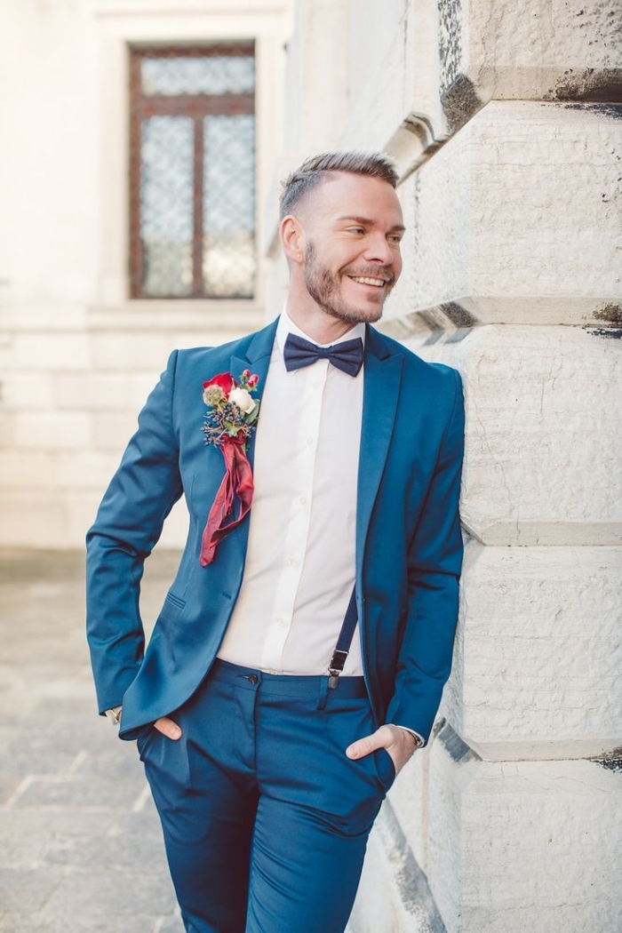 chemise blanche à gorge cachée avec bretelle costume, costume de marié élégant en bleu roi lumineux assorti avec un noeud papillon bleu foncé et des bretelles de la même couleur